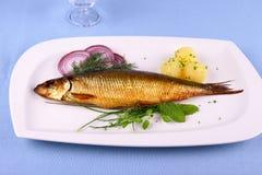 Οι καπνιστές ρέγγες, καπνισμένες ρέγγες σε ένα άσπρο πιάτο με διακοσμούν Στοκ Εικόνες