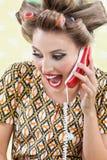 尖叫的妇女,当拿着减速火箭的电话时 免版税库存照片