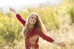 一位年轻白肤金发的女性的画象领域的。美丽的妇女。 免版税图库摄影