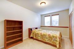 有木家具的温暖的简单的卧室 免版税库存照片