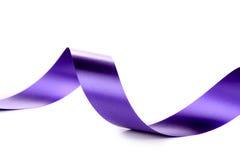 紫罗兰色卷曲丝绸丝带。 图库摄影