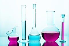 与五颜六色的化学制品的实验室玻璃器皿 库存照片