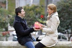 在庆祝周年的爱的浪漫夫妇 库存照片