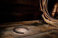 在大农场谷仓年迈的木地板上的生锈的老马掌 图库摄影