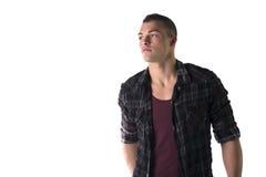 Όμορφος νεαρός άνδρας με την μπλούζα και το ελεγμένο πουκάμισο Στοκ Εικόνα