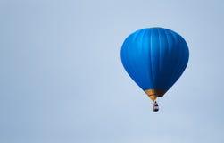 在蓝天的蓝色气球 库存图片