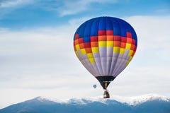 Пестротканый воздушный шар в голубом небе Стоковые Изображения RF