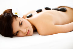 Женщина курорта. Красивая женщина получая горячий массаж камней в соли курорта Стоковое фото RF