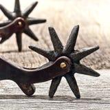 与老星马刺前端的小齿轮的葡萄酒牛仔西部踢马刺 免版税图库摄影