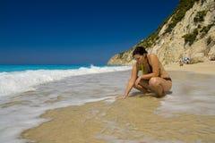 пристаньте женщину к берегу Стоковая Фотография RF
