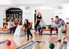 Молодые друзья играя в кегельбане Стоковая Фотография RF