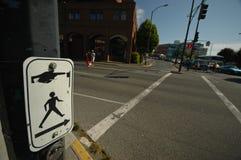 横渡连接点标志在晚上 免版税库存照片