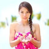 Портрет женщины здоровья курорта милый, цветок в руке Стоковые Изображения