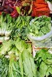 各种各样的新鲜蔬菜在市场上 免版税库存照片