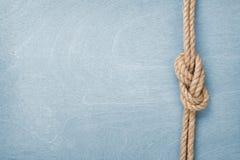 船在木纹理背景的绳索结 库存照片