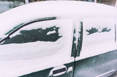积雪的汽车 库存图片