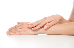 Красивые руки женщины с ногтями французского маникюра Стоковое Фото