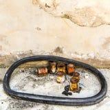 Старые покинутые заржаветые чонсервные банкы краски Стоковые Фото