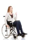 美丽的白种人妇女坐轮椅。 免版税库存照片