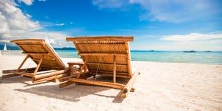 海滩木椅子为假期和夏天 免版税库存图片