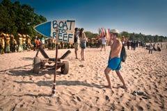 走沿海滩的游人在巴厘岛,印度尼西亚 免版税图库摄影