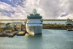 Туристическое судно в порте Стоковые Изображения RF