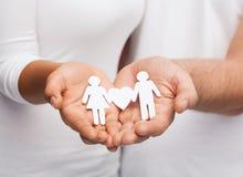 Χέρια ζεύγους με το ζεύγος εγγράφου Στοκ Εικόνα