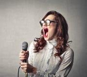 妇女唱歌 图库摄影