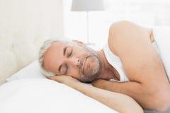 睡觉在床上的一个成熟人的特写镜头 免版税图库摄影