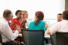 见面在会议室表附近的小组买卖人 免版税库存图片
