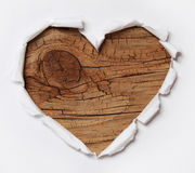 Деревянное сердце. Бумажное сорванное отверстие в форме сердца с старой древесиной Стоковая Фотография RF