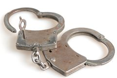 在心脏形状和钥匙的手铐在隔绝内 库存照片