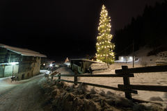 斯诺伊一间客舱的冬天场面在距离的在晚上 免版税图库摄影