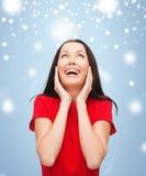 Κατάπληκτη γελώντας νέα γυναίκα στο κόκκινο φόρεμα Στοκ Εικόνες