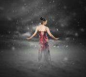 红色礼服雪风暴。 免版税图库摄影