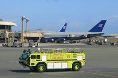 消防车在机场 免版税库存照片