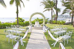 在海滩里面的庭院里设定的婚礼 库存照片