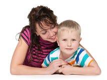 微笑的母亲和她的儿子 免版税库存照片
