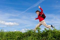 男孩赛跑,跳跃室外 免版税库存照片
