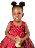 逗人喜爱的非裔美国人的女孩饮用奶 免版税库存照片