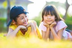 有他的兄弟的特写镜头愉快的矮小的亚裔女孩 免版税图库摄影
