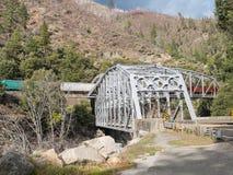 在托宾孪生桥梁的火车 库存图片