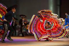 哈利斯科州墨西哥民俗的舞蹈礼服被传播的红色 库存照片
