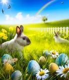 艺术复活节兔子兔子和复活节彩蛋在草甸。 免版税图库摄影