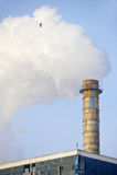 有巨大的烟云的工业烟囱 免版税库存图片