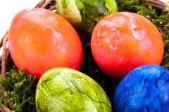 Καλάθι των λαμπρά χρωματισμένων αυγών Πάσχας Στοκ φωτογραφίες με δικαίωμα ελεύθερης χρήσης