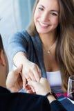 年轻人浪漫提议对女朋友 免版税库存照片