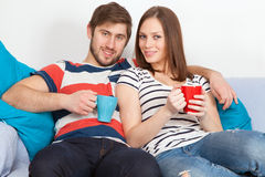 年轻夫妇饮用的咖啡在家 免版税库存照片