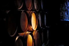 桶酒在酿酒厂。 库存照片