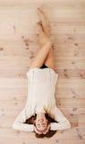 说谎在地板上的美丽的无忧无虑的年轻偶然妇女。 免版税库存照片